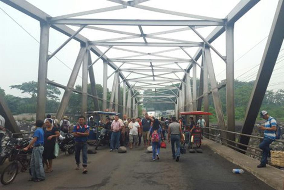 El puente Castillo Armas, en Retalhuleu, se encuentra bloqueado por manifestantes. (Foto: TransitoPNC)