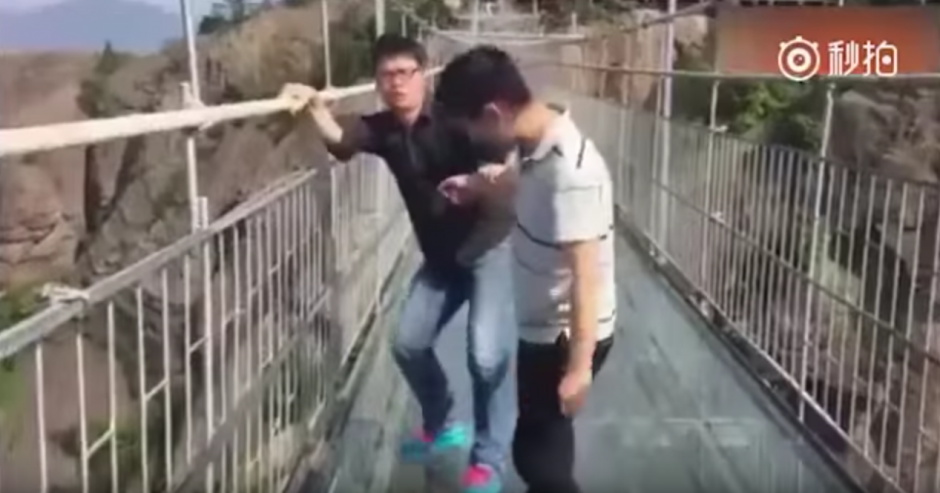 Un hombre llora por el miedo que siente. (Captura de pantalla: Man&Women/YouTube)