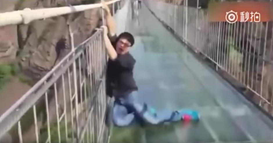 El miedo se apodera de un hombre que cruza el puente de cristal. (Captura de pantalla: Man&Women/YouTube)