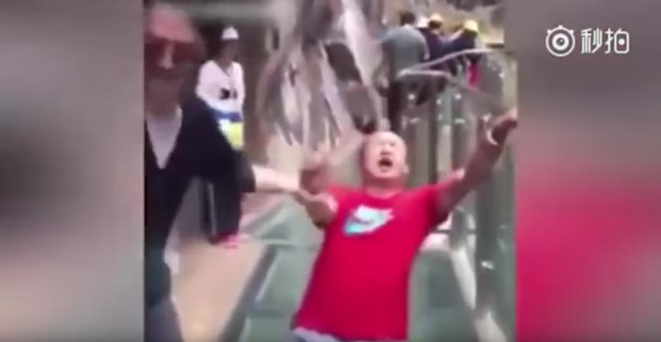 Los gritos de terror de este hombre asustan a los asistentes. (Captura de pantalla: Man&Women/YouTube)