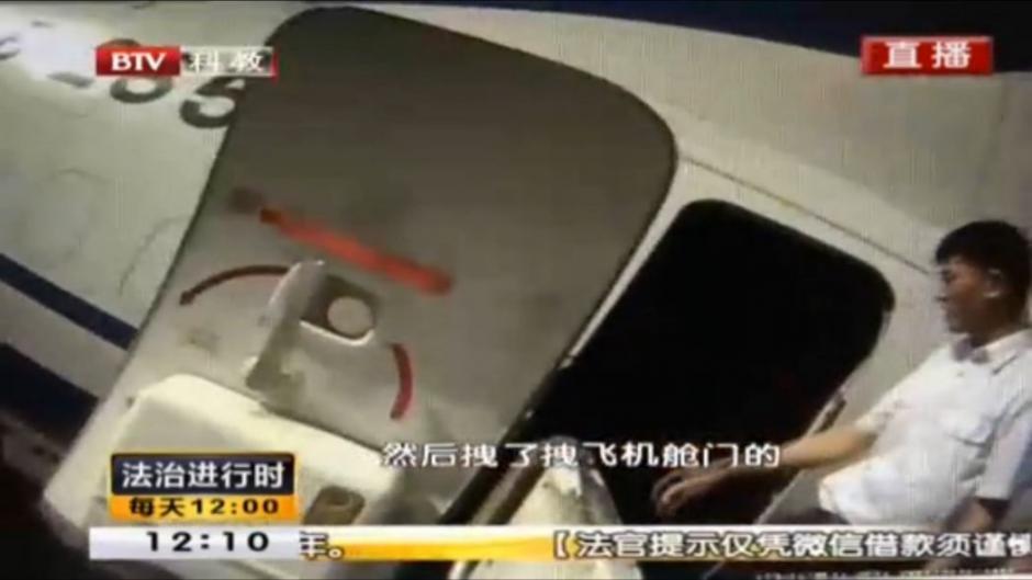 El joven chino intentó abrir la puerta de emergencia en pleno vuelo. (Foto: Hong Kong Free Press)
