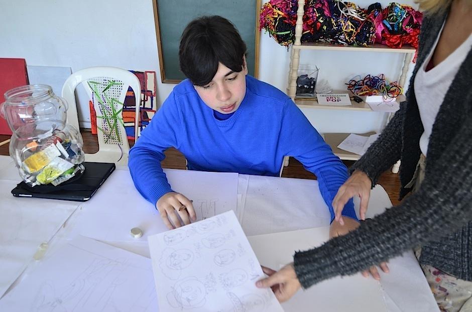 Keneth usa el dibujo como medio de expresión. (Foto: Selene Mejía/Soy502)