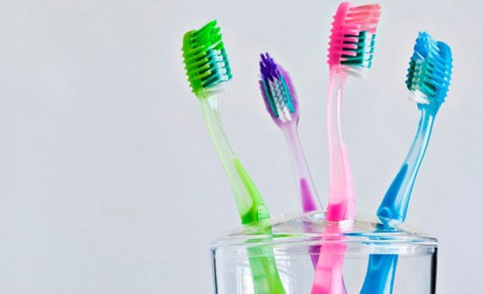 Los cepillos guardan muchos microorganismos, así que cada tres meses deben ser suplantado o después de haber tenido un resfriado .(Foto: Que.es)