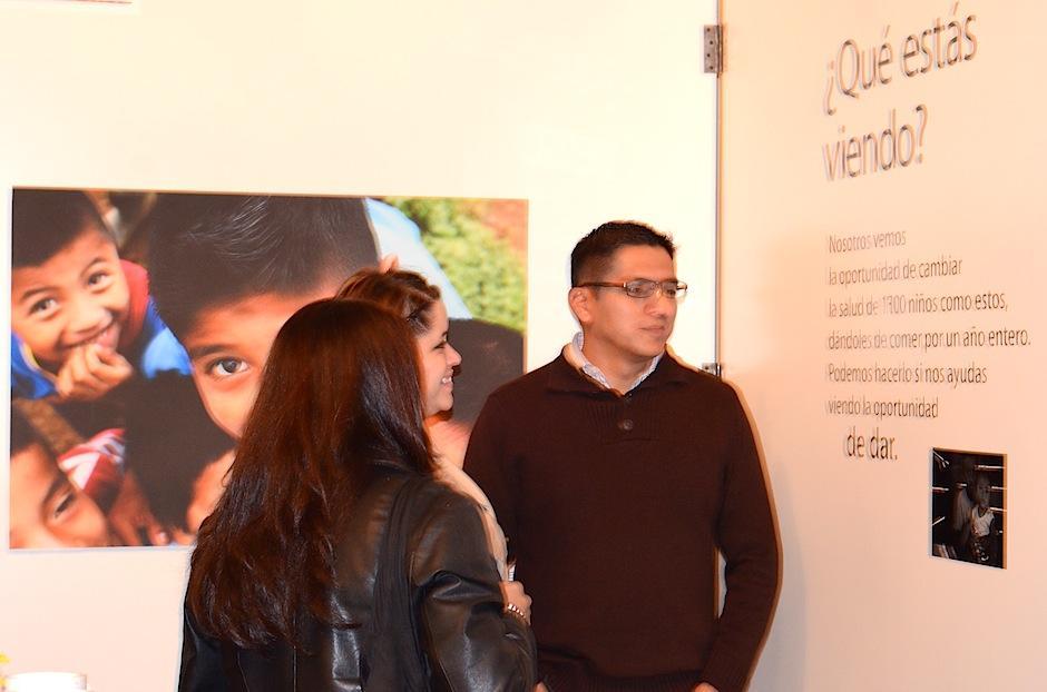 Jóvenes entusiastas aprecian el trabajo que los fotógrafos realizaron por medio de la fundación Manos de Amor. (Foto: Selene Mejía/Soy502)