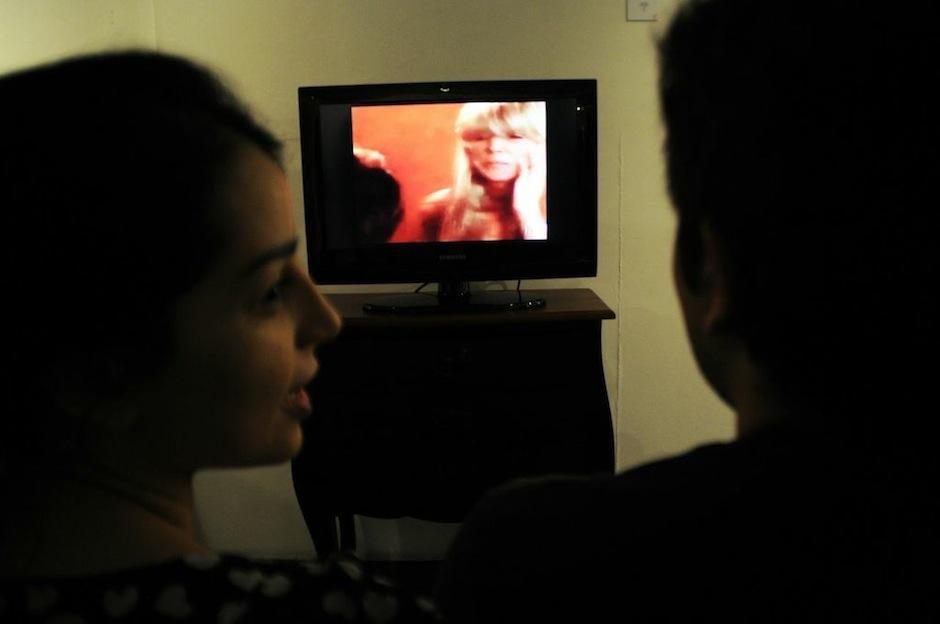Andrea Mármol presenta un video con un collage de escenas de telenovelas mexicanas que reflejan la violencia entre las mujeres de distintos estratos sociales.