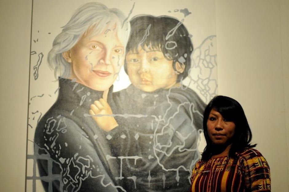 Marylin Boror denuncia las adopciones ilegales ocurridas durante el conflicto armado en los años 80. Ésto luego de observar el anuncio en una revista de moda donde una diseñadora posa junto a su hijo proveniente de guatemala.