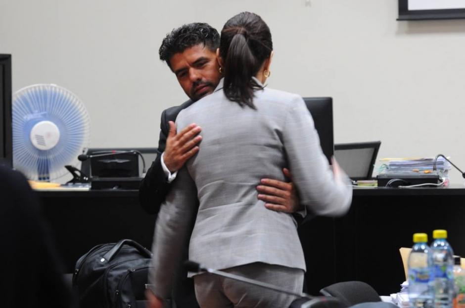 Jonathan Chévez abraza a Roxana Baldetti, a pesar de que decían no conocerse. (Foto: Alejandro Balán/Soy502)