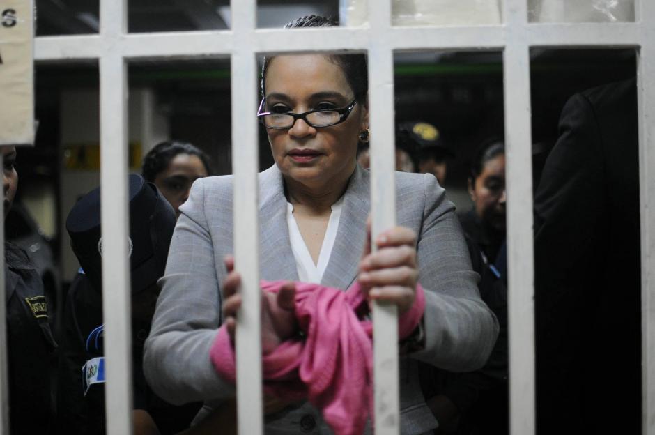 La exvicepresidenta Roxana Baldetti cubre las esposas con una pañoleta. (Foto: Alejandro Balán/Soy502)