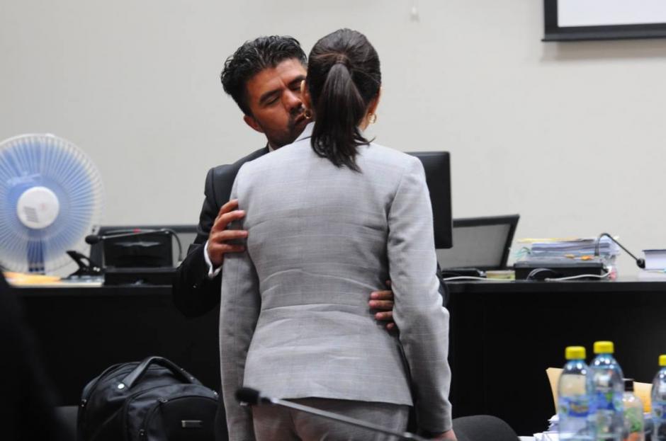 Jonathan Chévez y Roxana Baldetti se despiden. (Foto: Alejandro Balán/Soy502)