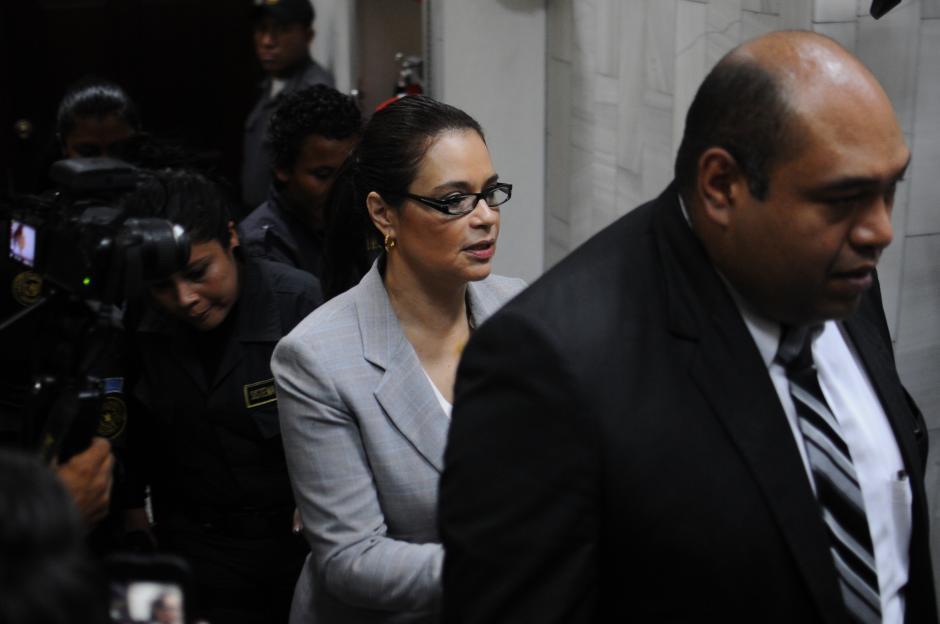 Roxana Baldetti acompañada de Benjamín Estrada, uno de sus abogados. (Foto: Alejandro Balán/Soy502)