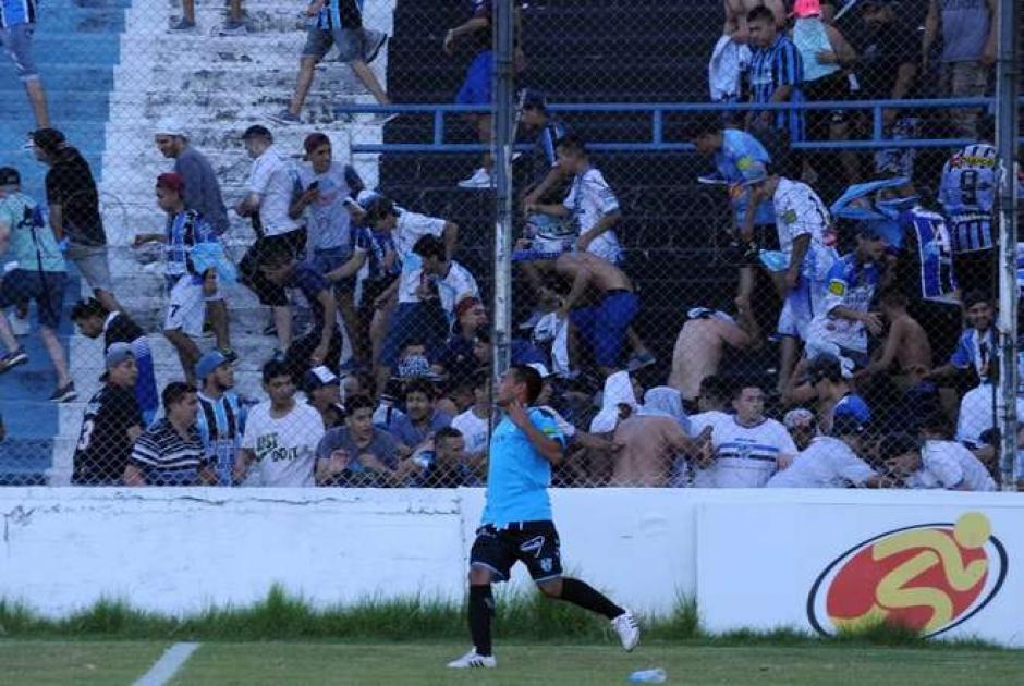 Un policia disparó y una bala de goma impactó al futbolista de Almagro. (Foto: Olé)