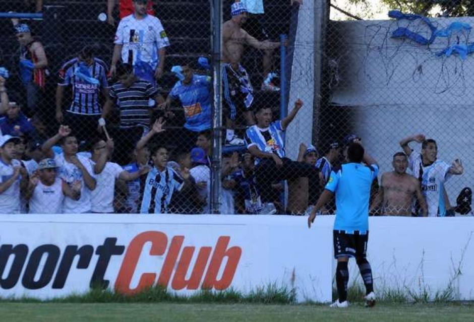 El jugador intentó calmar un enfrentamiento entre barras bravas y policías. (Foto: Olé)