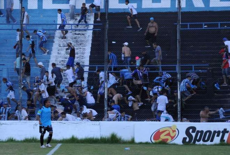 El futbolista Franco Quiroz recibe el impacto de una bala de goma en la cabeza. (Foto: Olé)