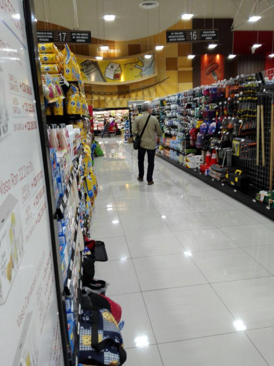 """El legislador fue fotografiado en el centro comercial """"La Colonia"""". (Foto: www.guatevision.com)"""