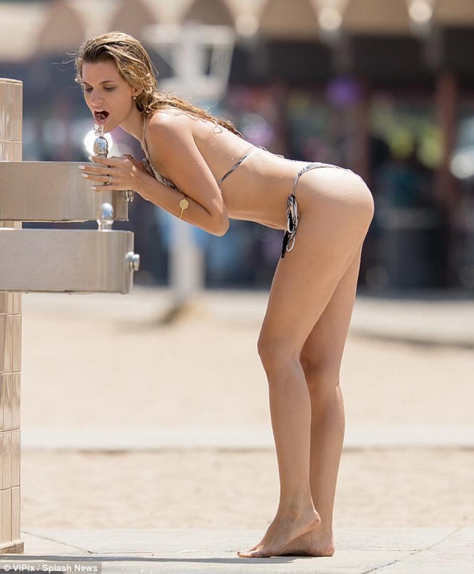 La actriz apagó su sed ante el acalorado momento. (Foto: Splash News)