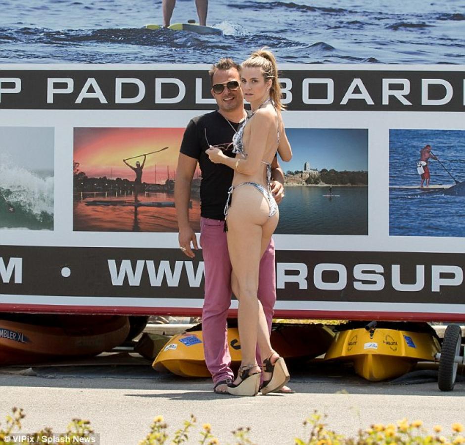 laMcCord se preparó para hacer paddleboard en el océano Pacífico. (Foto: Splash News)