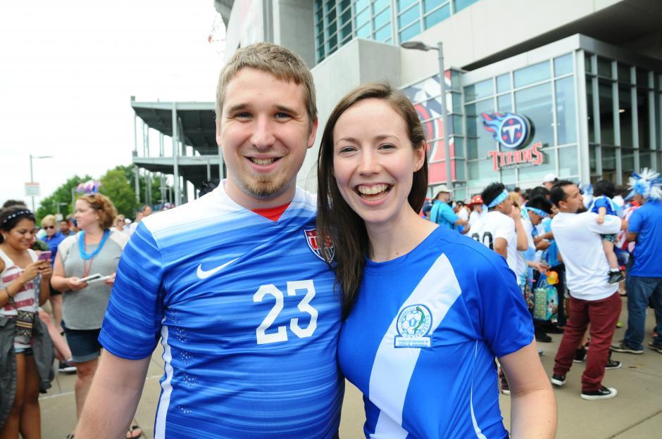 Rachel vestida con la camiseta de la Sele, junto a Kyle, también alentaron a la Bicolor en Tennessee. (Foto: Aldo Martínez/Soy502)