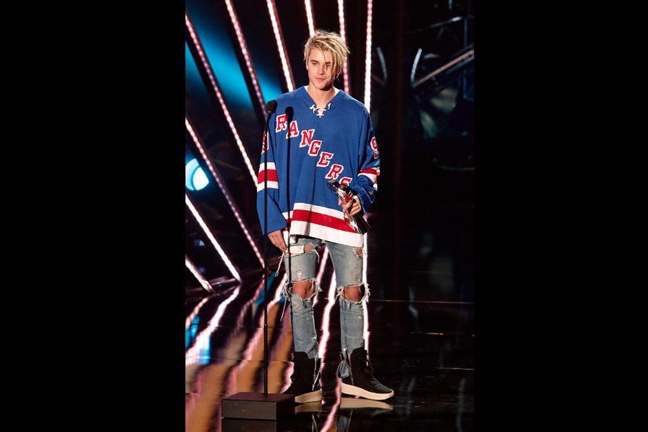En su discurso, Justin recibió tres premios. (Foto: AFP)