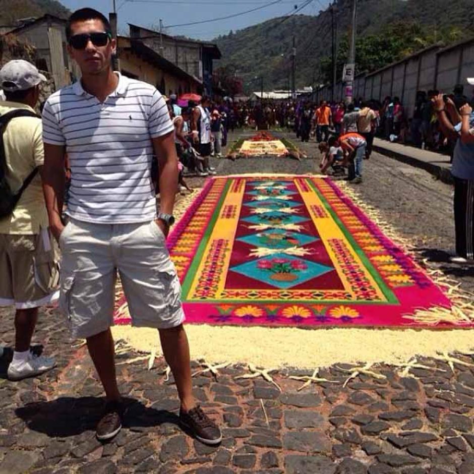 En las Semanas Santas pasadas Rafael Morales acostumbra a elaborar alfombras y cargar procesiones en la Antigua, Guatemala. (Foto: Facebook)