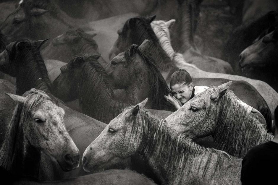 Las mujeres también se arriesgan por el bienestar de los animales. (Foto: Javier Arcenillas)