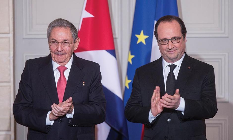 El presidente de Cuba Raúl Castro (izquierda) junto al mandatario francés François Hollande. (Foto:am.com.mx)