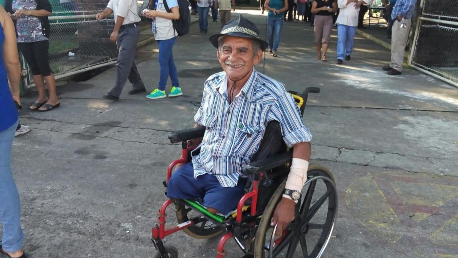 Raymundo Ruiz, emitió su voto en el Instituto Técnico Industrial Georg Kerschensteiner, Mazatenango, Suchitepéquez. (Foto: Andrea Fuentes/Nuestro Diario)