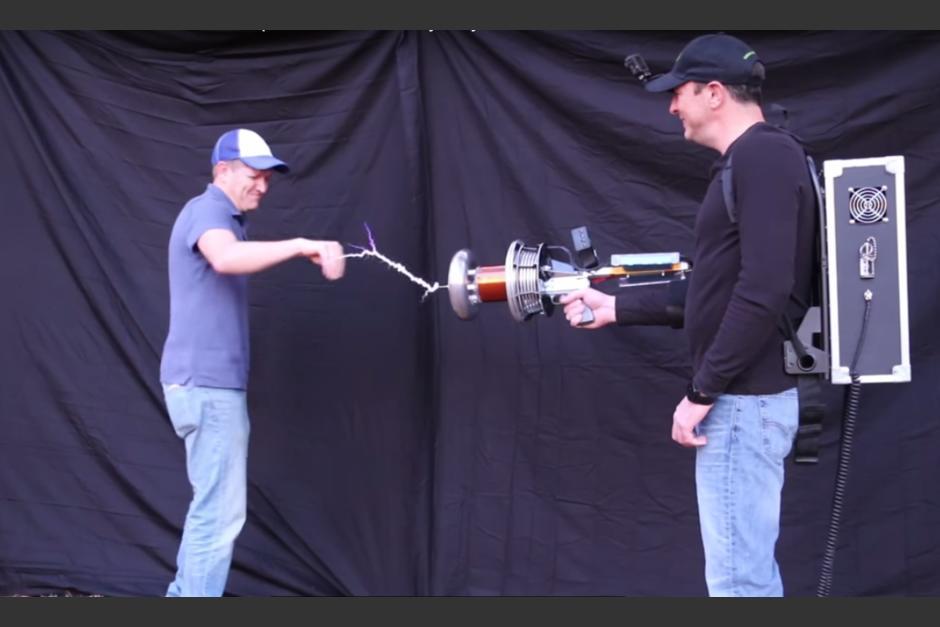 Los ingenieros hicieron pruebas del aparato en ellos mismos. (Imagen: captura de YouTube)