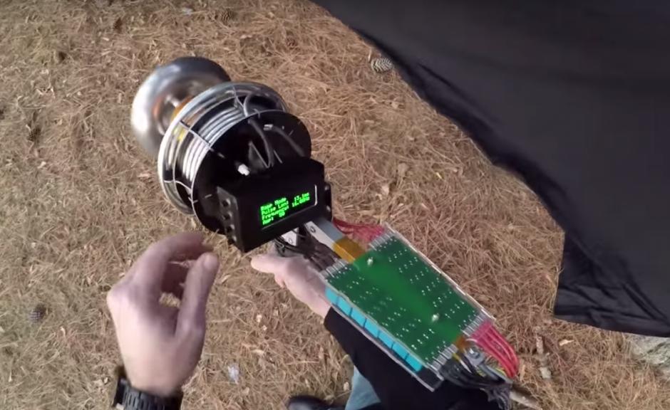 """El """"lanza rayos"""" cuenta con un complejo sistema para generar las descargas. (Imagen: captura de YouTube)"""