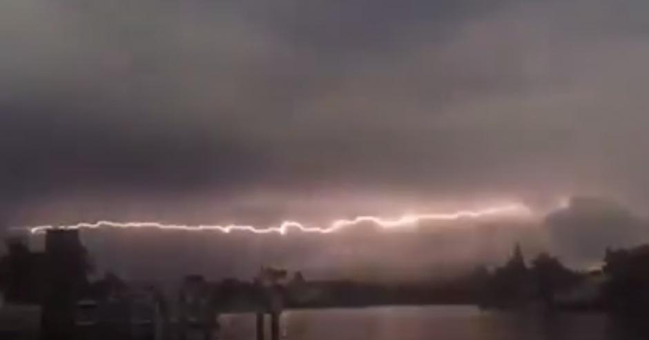 El espectacular fenómeno fue captado con un dispositivo móvil. (Captura de pantalla: Pepe Méndez)