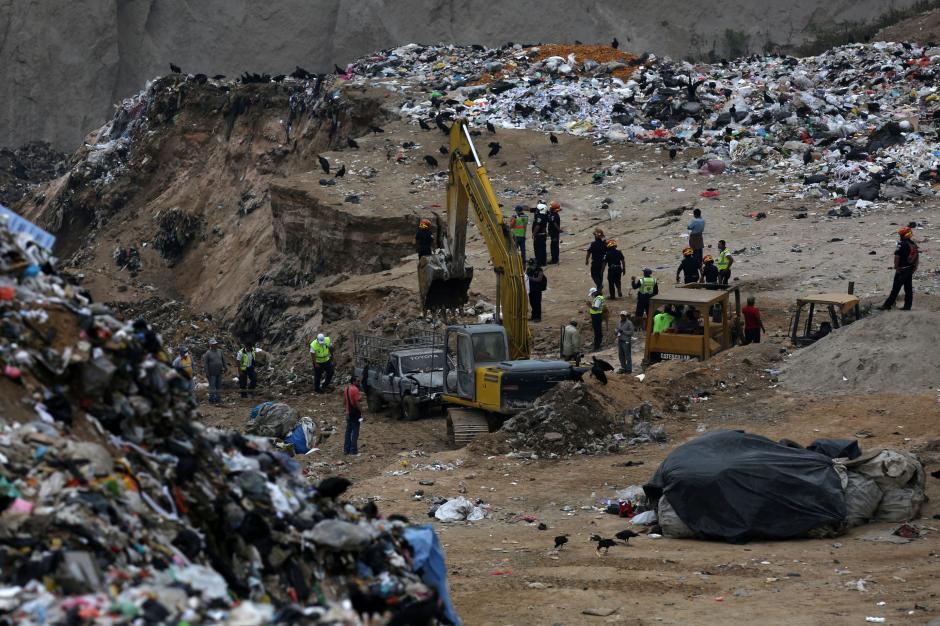 Con maquinaria pesada remueven las toneladas de desechos. (Foto: EFE)