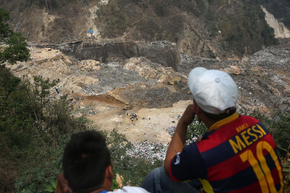 Un hombre observa desde lo alto el trabajo realizado en el basurero. (Foto: EFE)