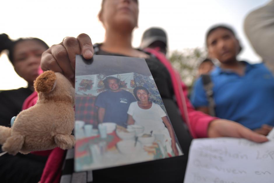 Familiares de don Sebastián muestran una fotografía para solicitar que lo identifiquen. (Foto: Wilder López/Soy502)