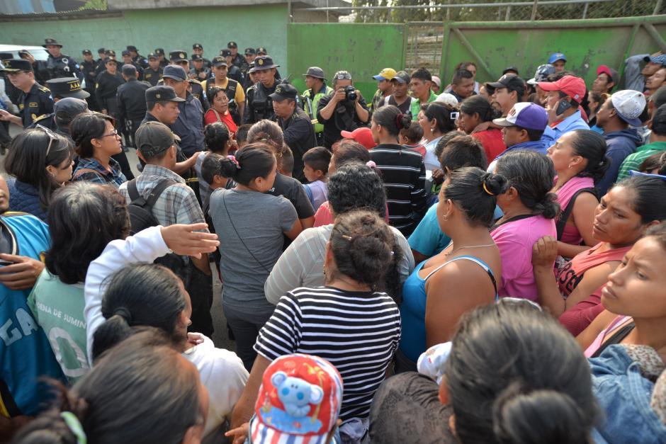 Familiares y amigos de las víctimas, esperan noticias de sus seres queridos. (Foto: Wilder López/Soy502)