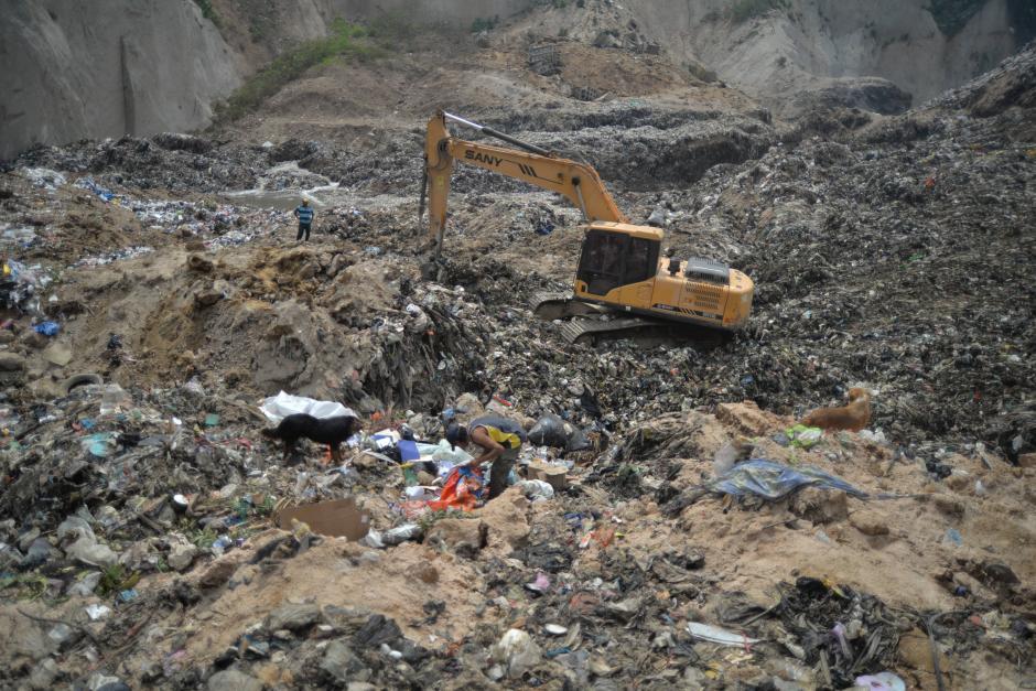 El rescate incluye maquinaria pesada para remover los desechos. (Foto: Wilder López/Soy502)