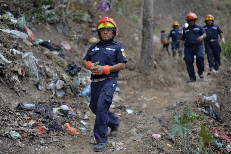 Rescatistas descienden hacia el lugar de la tragedia. (Foto: Wilder López/Soy502)