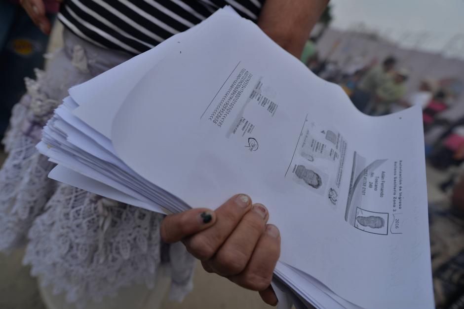 """La Municipalidad de Guatemala extiende un permiso especial a los """"guajeros"""" para que puedan ingresar al basurero. (Foto: Wilder López/Soy502)"""