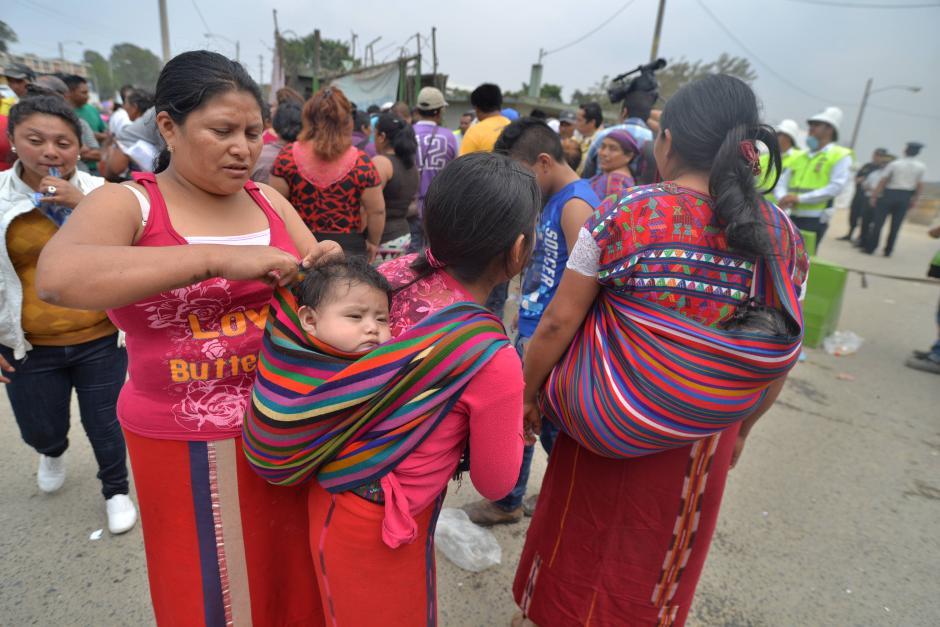 Amigos y familiares de desaparecidos esperan noticias de sus seres queridos. (Foto: Wilder López/Soy502)