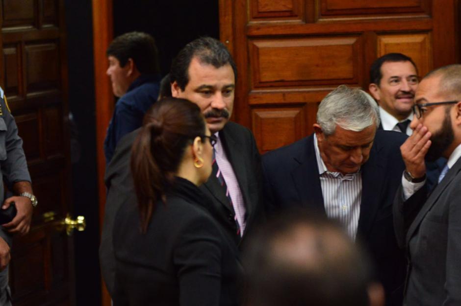 Los exmandatarios Otto Pérez y Roxana Baldetti conversan. (Foto: Jesús Alfonso/Soy502)