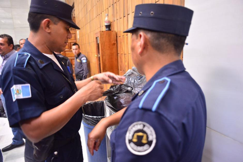 Agentes del Organismo Judicial revisan las bolsas con alimentos. (Foto: Jesús Alfonso/Soy502)