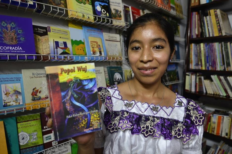 La librería Nawal Wuj tiene literatura maya y universal a precios accesibles. (Foto: Selene Mejía/Soy502)