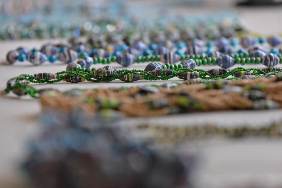 Las piezas de bisutería están hechas con materiales reciclados. (Foto: Wilder López/Soy502)