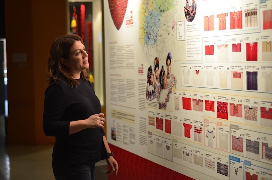 María Renée de Aguilar, Directora General del Museo Ixchel muestra los textiles por región. (Foto: Selene Mejía/Soy502)