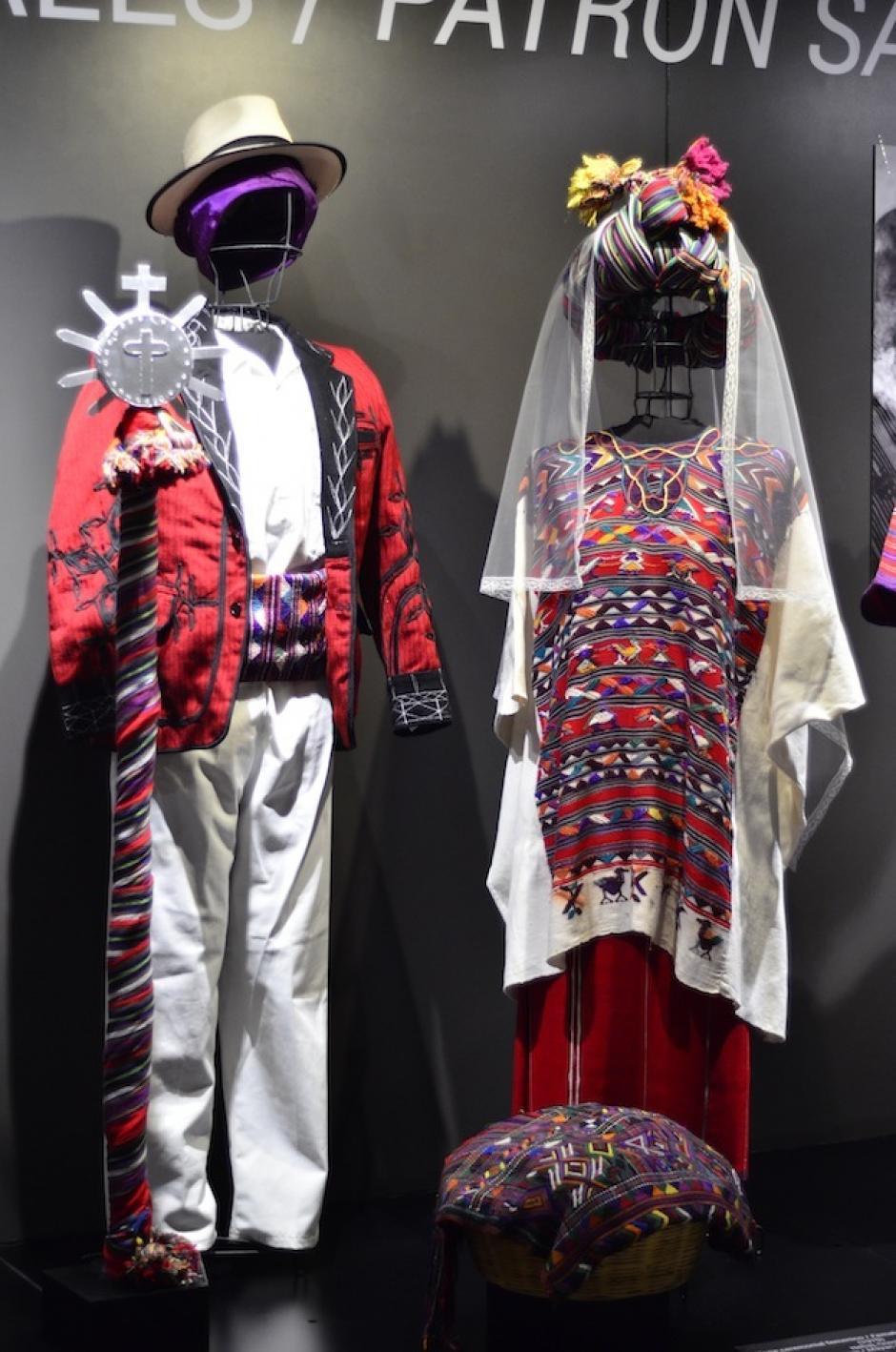 Los trajes ceremoniales son los más llamativos de la muestra. (Foto: Selene Mejía/Soy502)