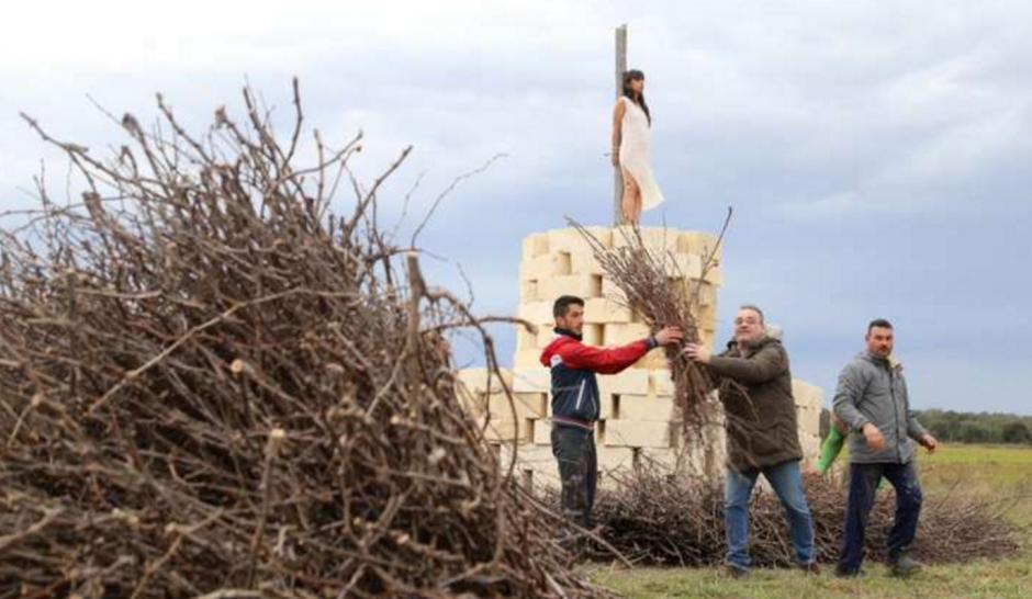 Galindo fue envuelta en ramas secas, como apunto de ser prendida en una fogata. (Foto: La Repubblica)