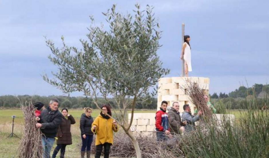 Los locales juntaron ramas para cubrirla. (Foto: La Repubblica)