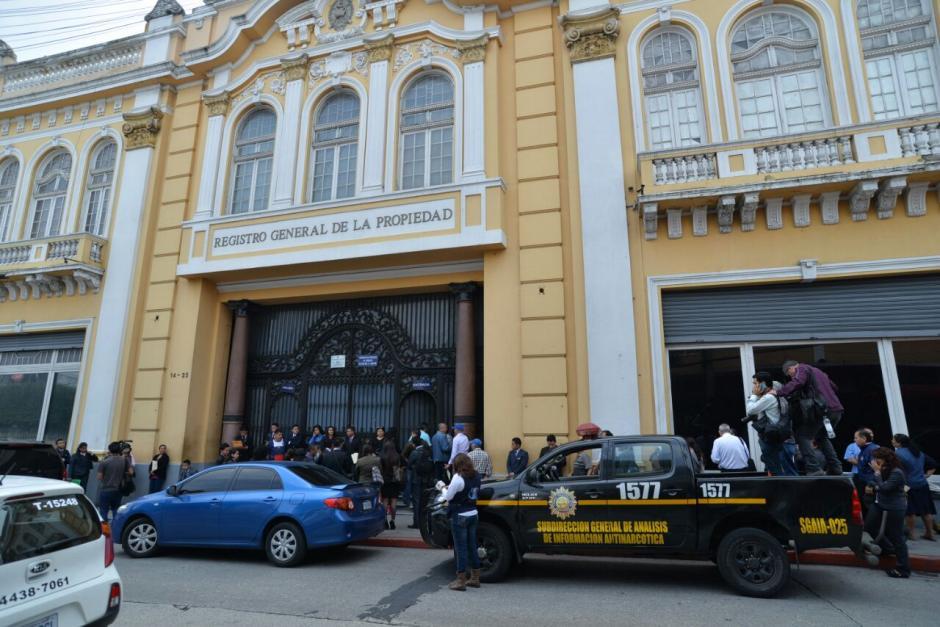 Las autoridades realizan un allanamiento en el Registro General de la Propiedad. (Foto: Wilder López/Soy502)
