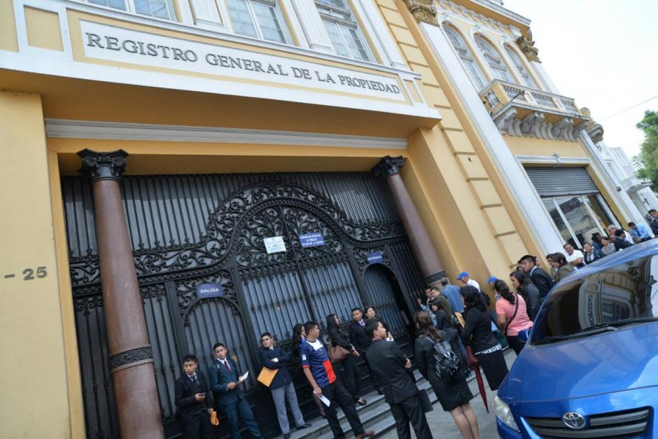 Durante las diligencias fue detenida Anabella de León, exregistradora de la Propiedad.  (Foto: Wilder López/Soy502)