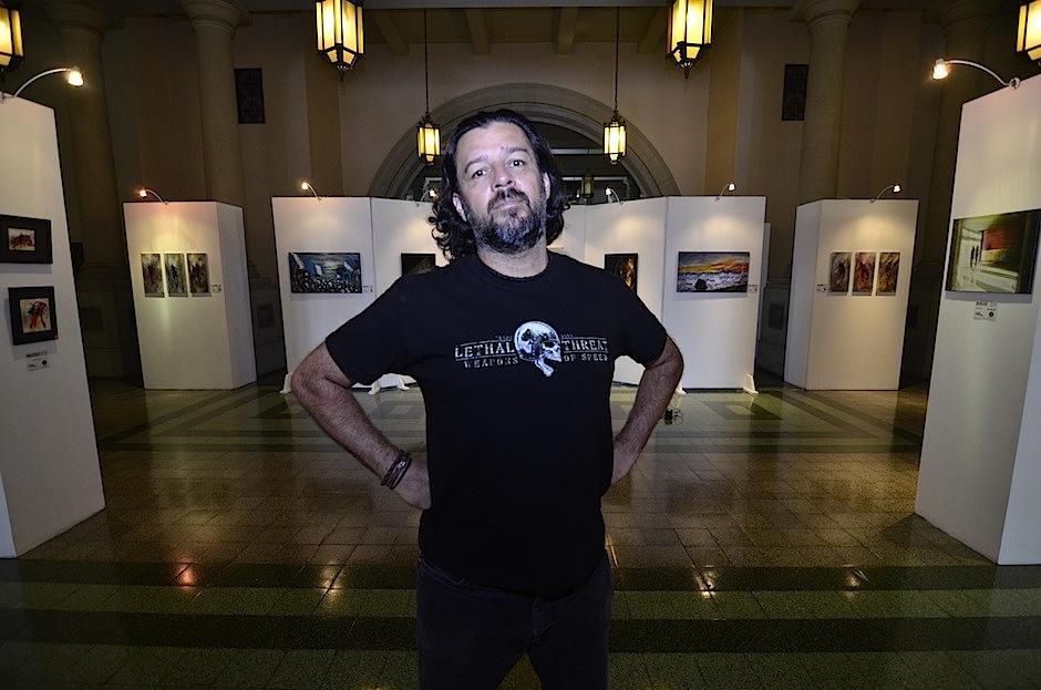 Mendel Samayoa te invita a la exposición. (Foto: Selene Mejía/Soy502)