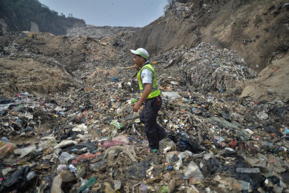 Varias personas quedaron soterradas bajo toneladas de basura. (Wilder López/Soy502)