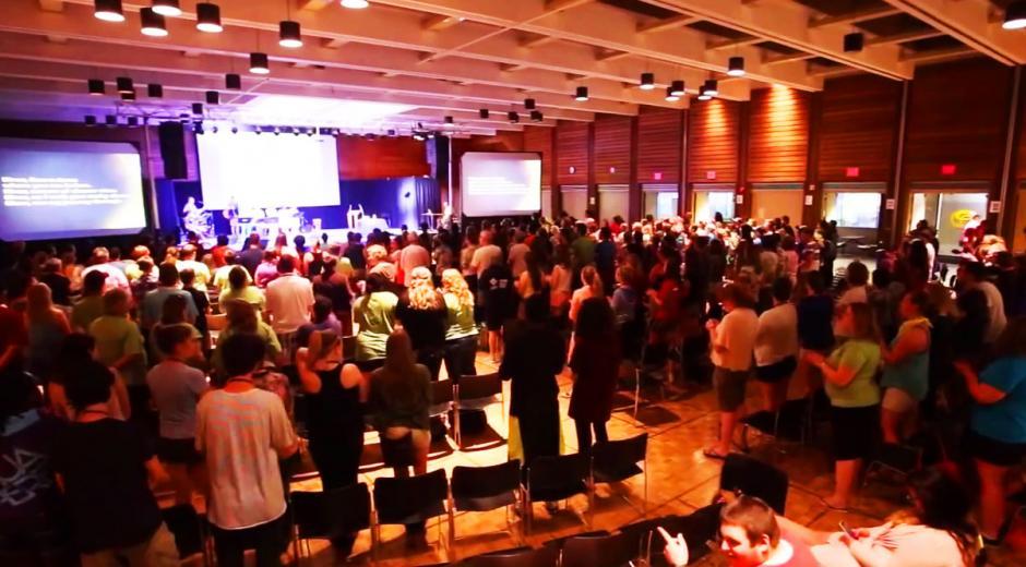 Los fieles de Vous Church se reunen en salones, cines y hasta en bares de moda para hablar de Dios. (Foto: Vous Church)